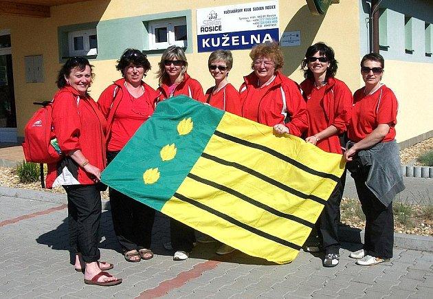 DÍLY NA REPUBLICE. Dílské kuželkářky před kuželnou v Rosicích, kde se konalo ženské mistrovství republiky.