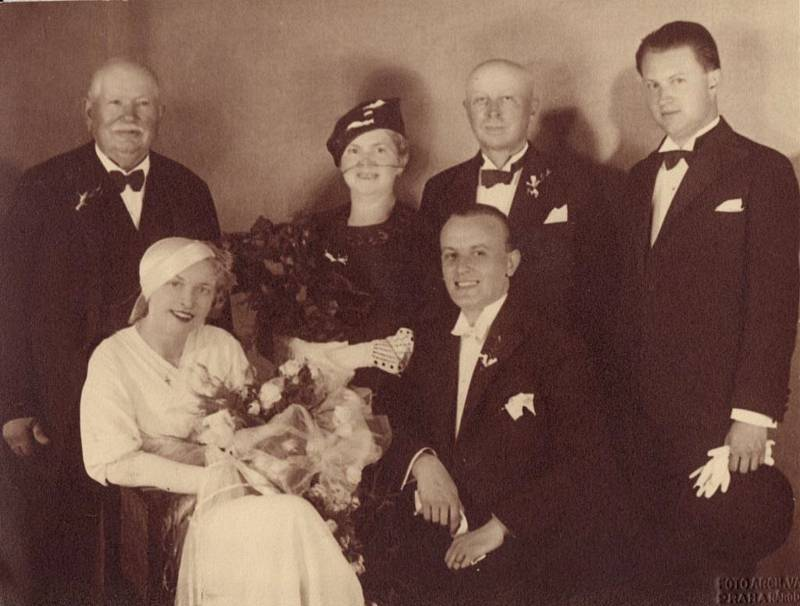 Novomanželé Anna a Zdeněk Bořek-Dohalští s příbuznými.