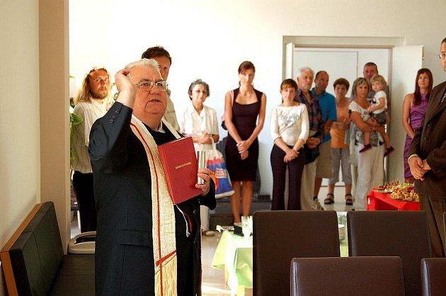 Novou smuteční síň v Domažlicích vysvětil farář František Kaplánek.