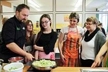 Společně vařili tříchodové menu. Krémovou polévku, vepřovou pečeni a čokoládové sufflé s ovocem a pomerančovou omáčkou.