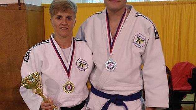 Medailisté z Mistrovství ČR Masters v judu Jaroslava Záhořová a Jan Boháč.