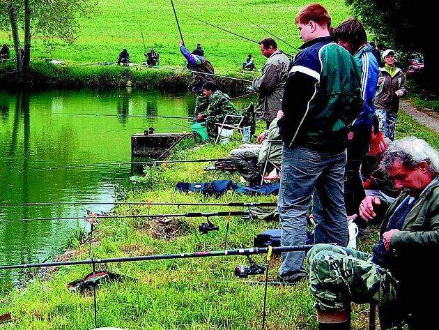 TROCHU NETRADIČNĚ SE RYBÁŘSKÉ ZÁVODY  ve Stráži konaly odpoledne. Účast šedesáti rybářů ovšem pořadatele mile překvapila.