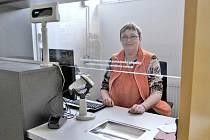 IVANA HRÁCHOVÁ sedí za poštovní přepážkou v osvračínské prodejně. Nyní je prodavačkou i pošťačkou v jednom.