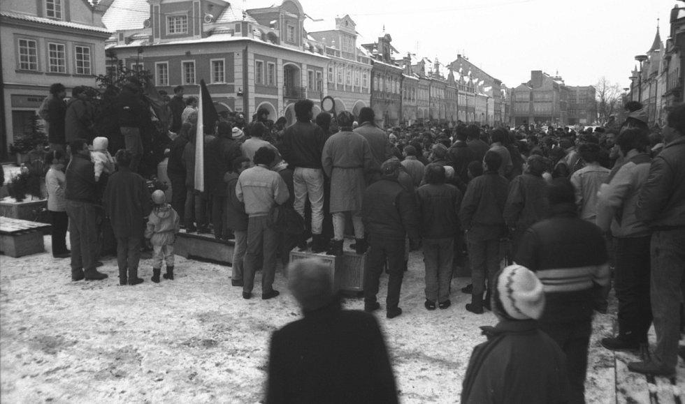 Demonstrace na domažlickém náměstí v listopadových v týdnu od 22. listopadu 1989. Foto: Zdeněk Hartl
