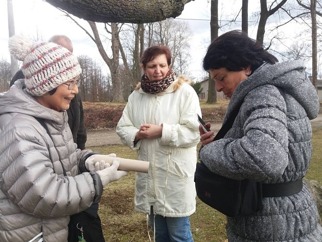 Při  sázení  konvalinek v japonské zahradě se Masumi Böttcher (vlevo) setkala i s malířkou Janou Hruškovou.