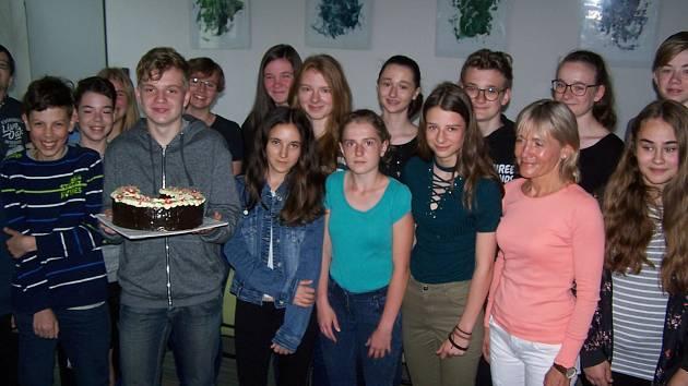 Studenti za účast na pochodu získali dort.