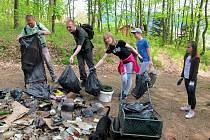 Při sobotní akci Pionýrské skupiny Safír Kdyně se podařilo zbavit odpadků jižní stranu vrchu Škarman.
