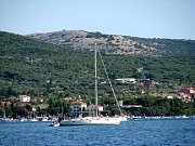 Řada našinců míří na dovolenou do Chorvatska. Dovolená - koupání v moři a pozorování proplouvajících lodí - pěkná idylka.
