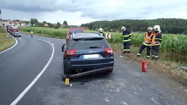 Z nehody v zatáčce u Březí.