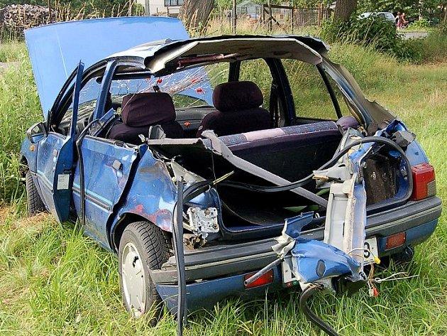 Přejezd silnice Trhanov-Pec. Tento střet s vlakem se štěstím přestála řidička i tři spolujezdci. Červené skvrny na čelním skle auta tehdy vypadaly hrůzostrašně, byly to však jen jahody, které osádka předtím natrhala.