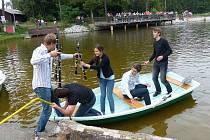 Protagonisté Vodního koncertu to neměli při nastupování do lodiček lehké.