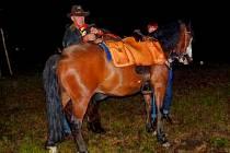 PŘED JÍZDOU. Když se Tomáš Nový takto chystal za asistence manželky Jitky, která mu držela koně, na svůj úsek 31. jízdy Pony expresu, ještě netušil, s jakou se s kolegou setkají v Českých Budějovicích.