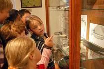 Učení a obrázky nestačí. Děti chtějí vše vidět zblízka a proto navštívily muzeum.