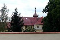 Opravená zeď u trhanovského zámku. Tašky zamezující zatékání do zdiva pěkně barevně ladí se střechou zámku.
