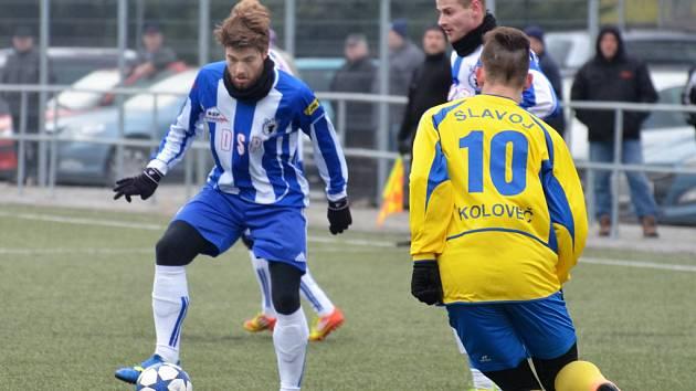 U míče Miroslav Špírek, který předvádí v přípravě velmi dobré výkony, vedle něj Juraj Kubišta, oba je brání Milan Lucák.