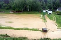 Takhle vypadalo fotbalové hřiště v Hostouni při povodni.