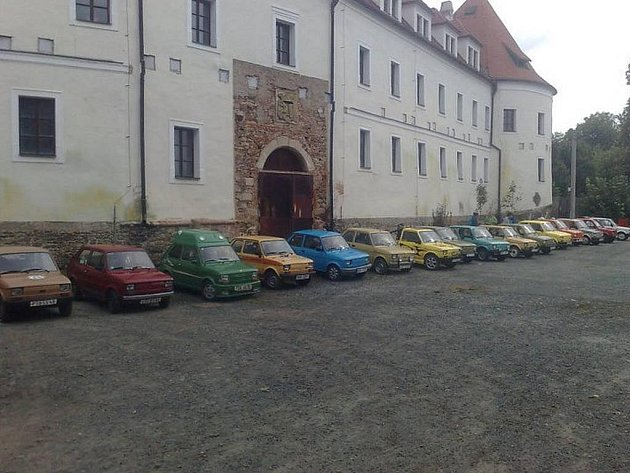 Ze srazu automobilů Fiat 126 pred pobezovickym zamkem.