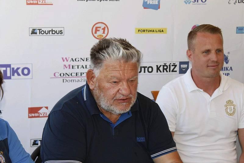 Fotbalová Jiskra Domažlice představila ve středu hvězdnou posilu, její dres s číslem 8 bude oblékat David Limberský.