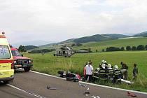 ze srážky motorkáře s nákladním autem mezi Hlubokou a Loučimí.