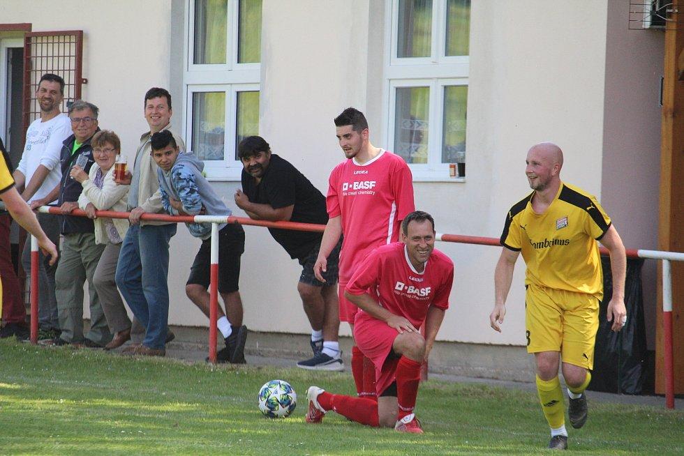 Fotbalisté A-týmu Slavoje (v červeném) si místo na útulném hřišti s hospůdkou v Únějovicích o víkendu zahrají na svém domácím trávníku v Kolovči.