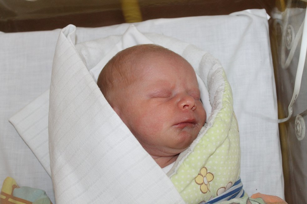SAMUEL VAIGL z Domažlic (2800 g a 49 cm) se narodil 24. května v Domažlicích rodičům Patricii a Miroslavovi. Na brášku se těšila Mia.