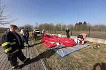 Domažličtí dobrovolní hasiči pomohli s vybudováním nového dekontaminačního místa v areálu Domažlické nemocnice.