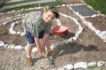 Budování zahrady v klenečské školce.