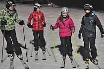 Žáci z domažlické školy v Komenského ulici pravidelně jezdí na lyžařský kurz do Krkonoš.