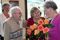 BRATR LETCE Marion Kirkham vloni na tomto místě Zdeňce Sládkové (zcela vpravo) slíbil, že se za rok zase potkají.