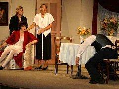 S hrou Barillonova svatba vystoupí na Divadelním máji horšovskotýnští ochotníci. Foto: archiv Divadelního souboru při MKZ H. Týn
