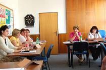 ÚČASTNÍCI JOB CLUBU V DOMAŽLICÍCH se scházejí dvakrát týdně. Během šesti sezení si ujasní, jaké jsou jejich profesní i životní cíle