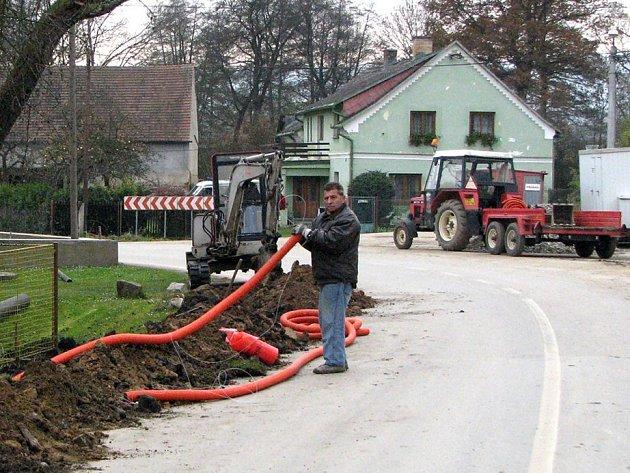 V rámci protipovodňových opatření v Havlovicích  dochází k pokládání nerůznějších vedení. V sobotu jsme na staveništi zastihli pracovníky fi. Telefonica.
