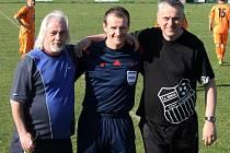 Mezinárodní fotbalový sudí Pavel Královec (vlevo se synem Patrikem) řídil utkání IV. třídy mezi Koutem B a Babylonem.