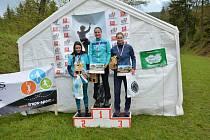 Tři nejrychlejší běžkyně kategorie žen do 34 let (zleva) druhá Jana Hinterholzingerová, celková vítězka Jana Brantlová (obě z Mílařů Domažlice) a třetí brnířovská Veronika Wiesnerová.