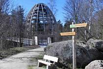 BAVORSKÁ EIFELOVKA. Navrhl ji architekt Josef Stöger a myslel při tom i na lidi, kteří se hůře pohybují, mimo jiné například i na maminky s kočárky. Snímky jsme pořídili letos na jaře, kdy listnaté stromy ještě nezastiňovaly konstrukci.
