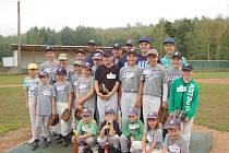 SPOLEČNÉ FOTO mladých baseballistů Wolfs Domažlice s Gregem McCarthym.