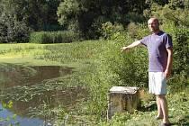 Zastupitel obce Jivjany Petr Štoger u jednoho z rybníků, které jsou kontaminovány močůvkou z drůbežárny ve Velkém Malahově.