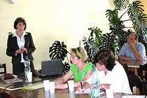 Daniela Machatá (zcela vlevo) zahájila seminář po úvodní řeči Ladislava Waltera (v pozadí) z Agentury pro zemědělství a venkov Domažlice.
