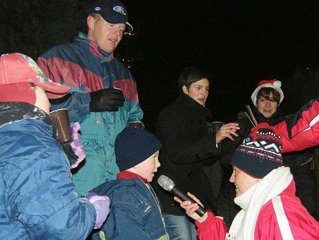 Ze třetí adventní neděle v České Kubici. Opět byly na pořadu koledy, děti navíc samy zpívaly a přednášely básničky.
