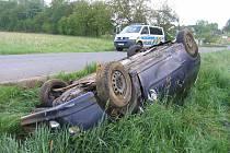 Auto skončilo na střeše. V něm zůstaly uvěznené dvě opilé ženy.