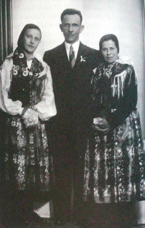 Vlasta (vlevo), Kryštof a Ludmila Jahnovi z Postřekova, kteří židovskou dívku schovali u sebe doma.