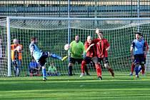 Každý zápas Holýšova (v modrém) se Staňkovem je třaskavým sousedským derby.