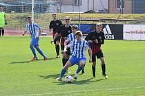 Fotbaloví dorostenci Jiskry Domažlice U19 (v modrobílém) v divizním utkání proti vrstevníkům z Příbrami.