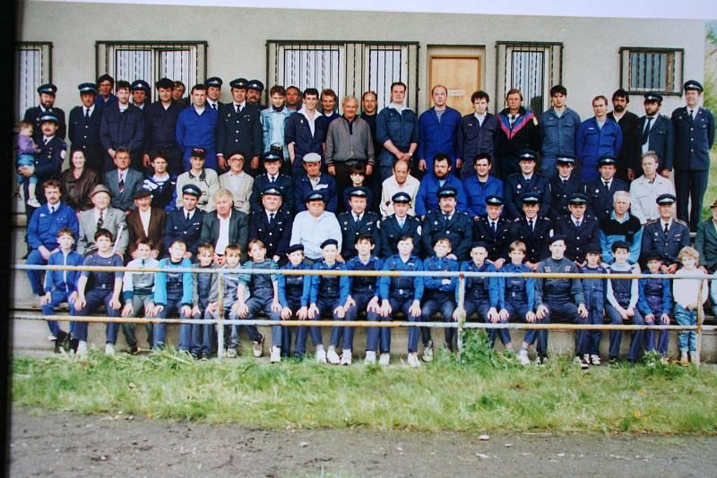 Členové SDH Chodov v roce 1996.