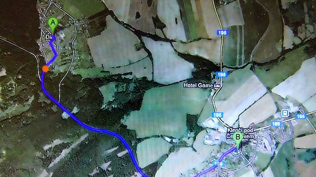 Spojnice Díly-Klenčí vede převážně lesem, inkriminovaný úsek je vyznačen oranžovými body.