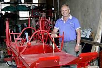 Z torza, u kterého pózuje Karel Řezníček, se dá snad jen podle červené barvy vytušit, že se může jednat o historickou stříkačku.