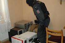 Celníci v postřekovském domě objevili výkonnou dílnu na vyrábění nelegálních zvukových a obrazových nosičů.