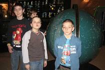 Staňkovští školáci v pražském planetáriu.