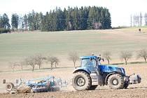 Zemědělci dohánějí měsíční zpoždění. Co nejdříve musí dokončit setí jařin.