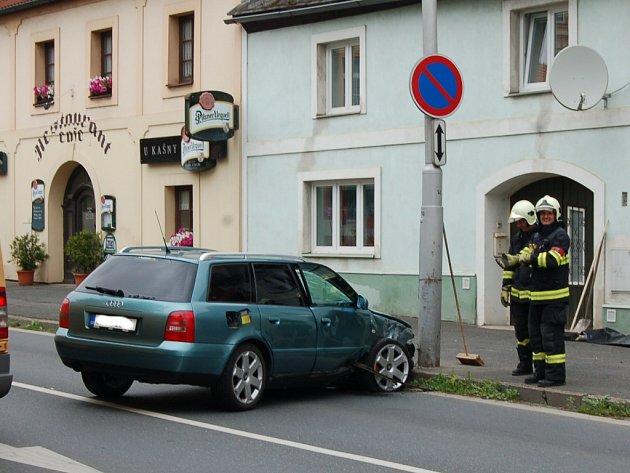 Havarované Audi v Poděbradově ulici.